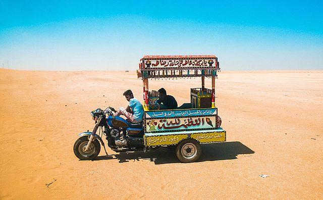 صورة لبائع ايس كريم في الصحراء